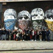 Groupe REGARDS devant le graf des Beatles